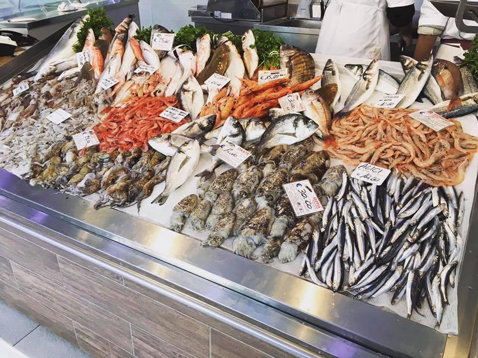il pesce fresco esposto in pescheria visto dal lato destro