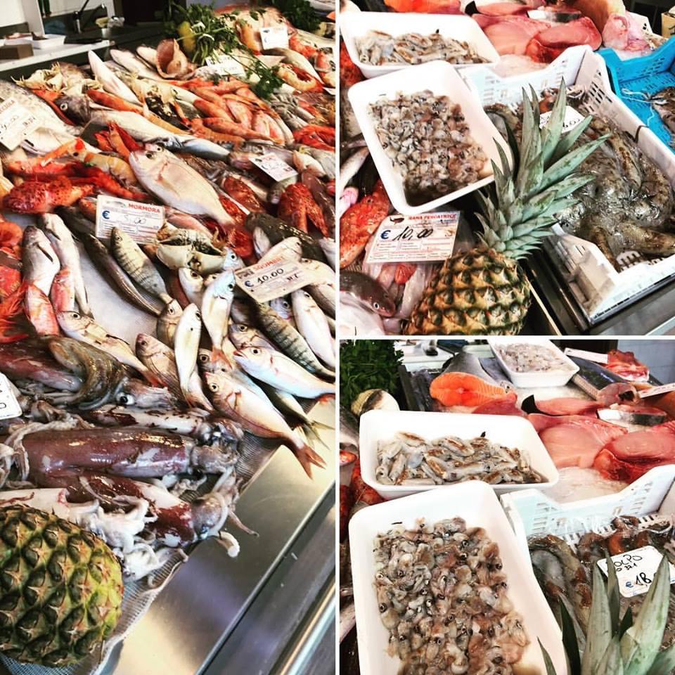 collage di 3 foto che mostra il pesce fresco e un ananas esposto in pescheria