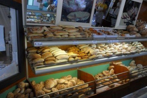 Vetrina con vari tipi di pane