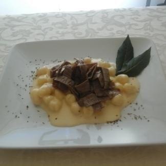 gnocchi di patate del bleggio alla moda di cologna con crema di formaggi teneri e straccetti di carne salada DE.CO