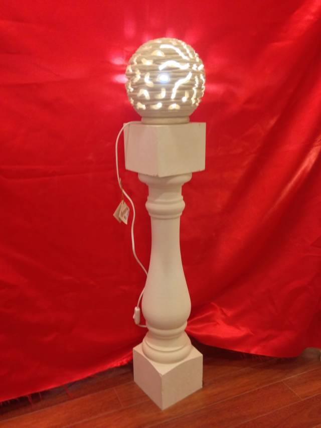 Lampada sferica su colonna
