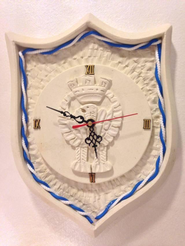 Orologio a forma di scudetto bianco e azzurro