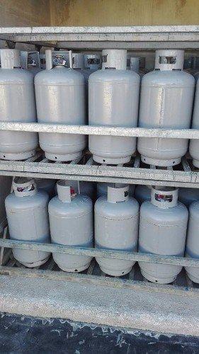 Bombole di gas in scaffale per lo stoccagggio