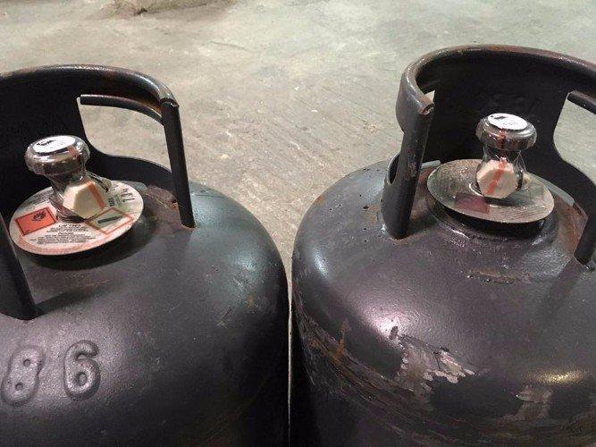 Dettaglio di due bombole di gas