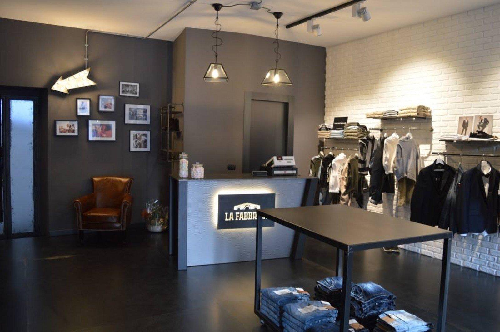 negozio d'abbigliamento con bancone e tavoli in strutture di ferro