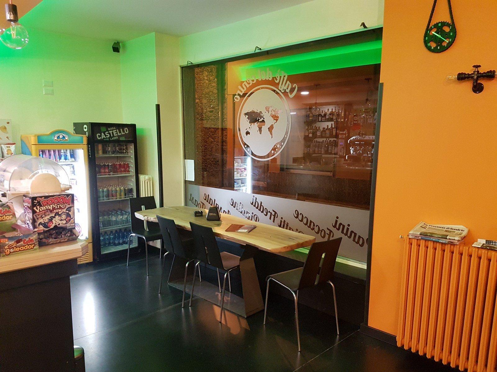 sala da pranzo con infissi in ferro