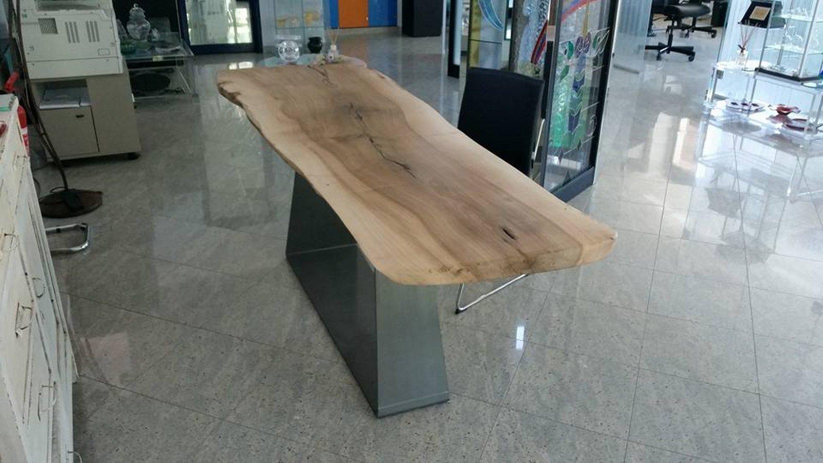 tavolo in legno massiccio con struttura portante in ferro