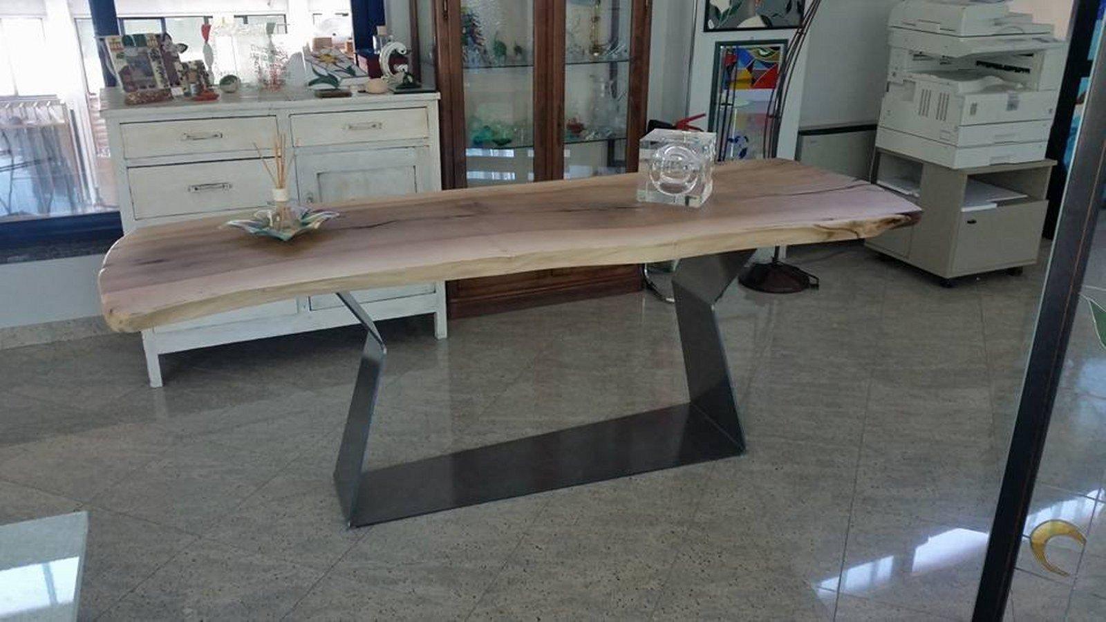 seconda angolatura di tavolo in legno con gambe in ferro