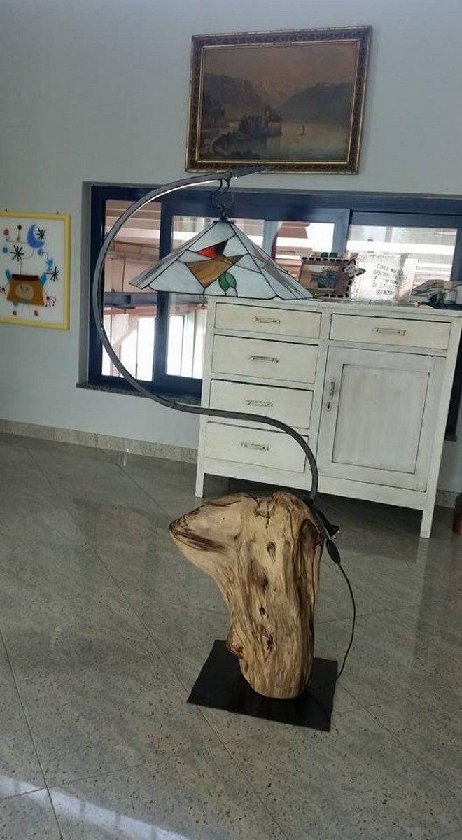 lampada con base in legno e struttura n ferro