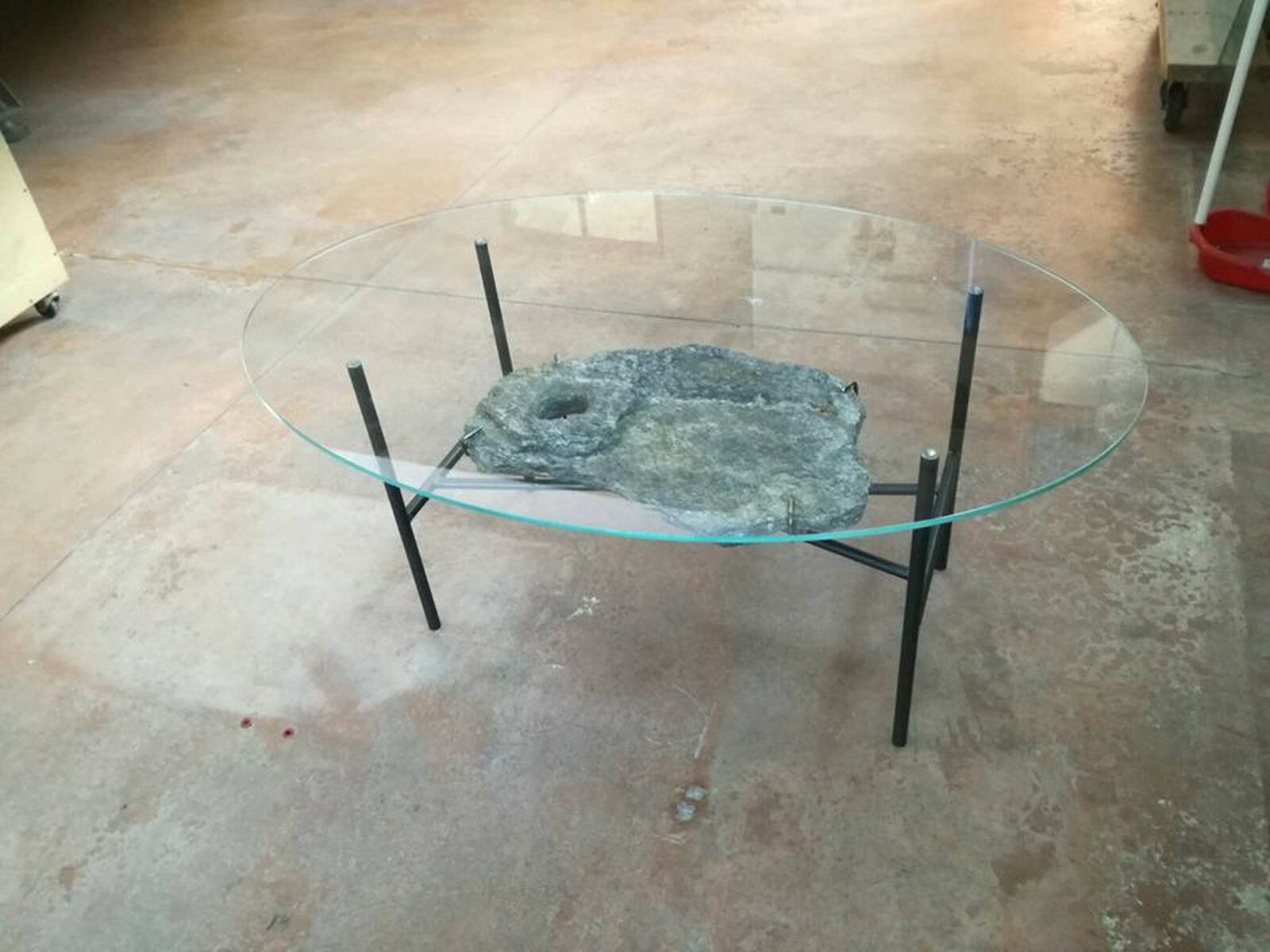 tavolo in vetro con gambe portanti in ferro battuto