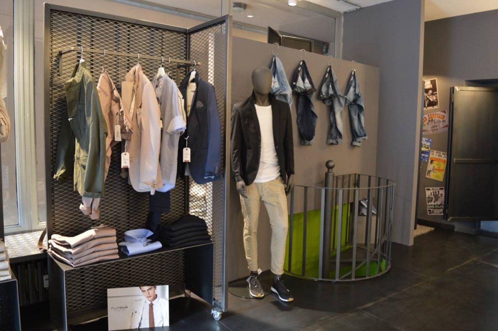 negozio d'abbigliamento con strutture in ferro