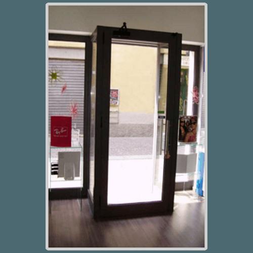 una porta in pvc nera