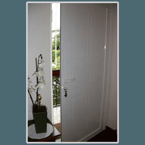 un portone in legno bianco
