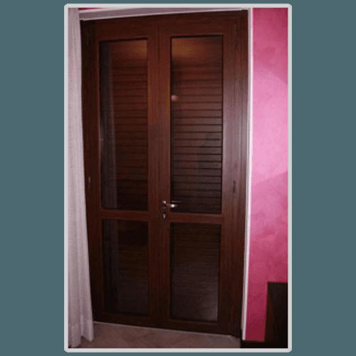 una porta finestra in pvc nero
