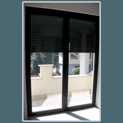 una porta finestra in legno con la tapparella abbassata