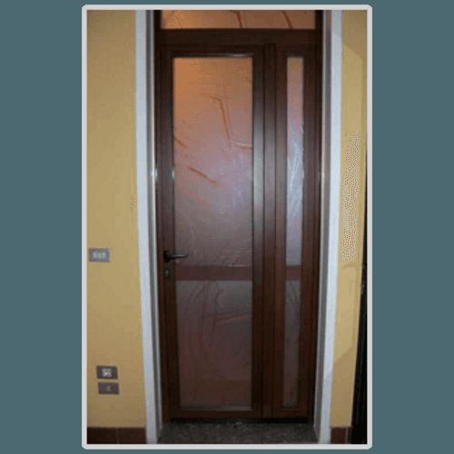 una porta in vetro con finiture in legno