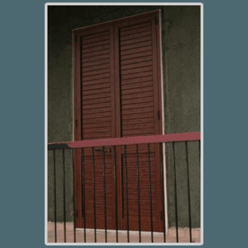 delle persiane in legno e vista di una ringhiera di un balcone
