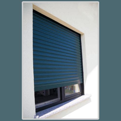 delle tapparelle blu a una finestra