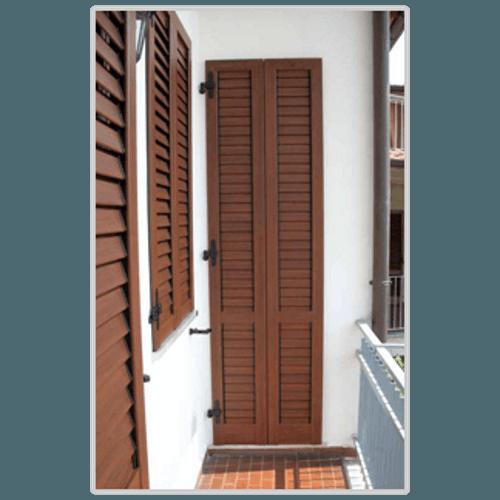 delle persiane marroni a una porta finestra di un