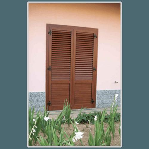 una finestra con delle persiane marrone