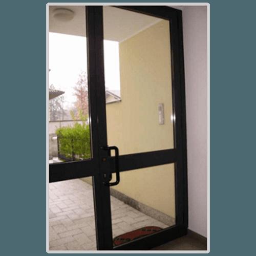 una porta in vetro e pvc