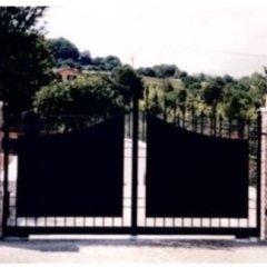cancello a due ante con specchiatura in lamiera zincato e verniciato