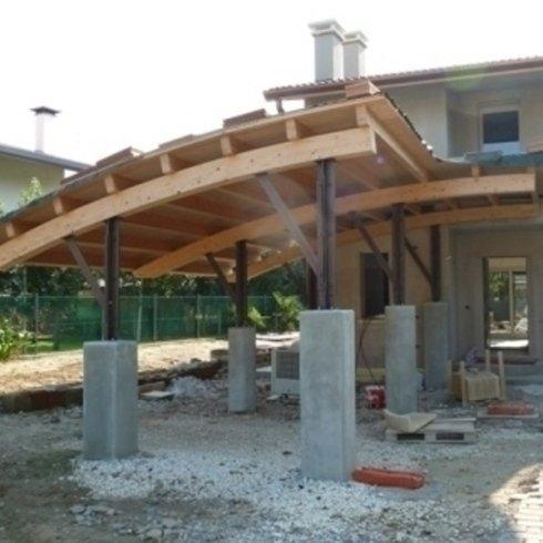 Pompeiana con struttura in legno. Piantane con struttura a crociera.