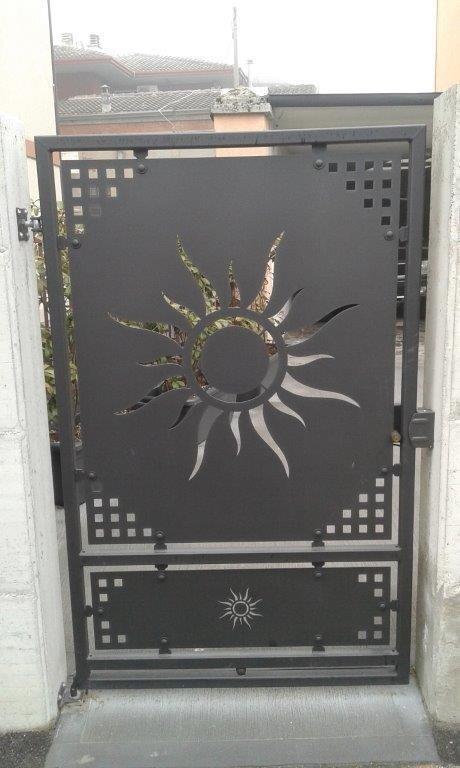 Cancello perdonale con lamiera tagliata laser SOLE