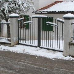 Cancello due ante stile moderno. Struttura in ferro, con finitura zincata a caldo e verniciata a polveri, resistente nel tempo