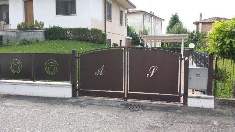 Cancello e recinzione con motivo tagliato laser zincato e vernciato a polveri