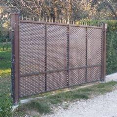 Cancello a due ante con lamiera stirata mod.Ambasciata lineare