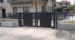 Cancello a due ante con disegno tagliato laser zincato verniciato nero graffite
