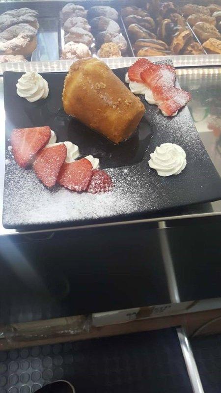 un dessert alla panna e delle fette di fragole