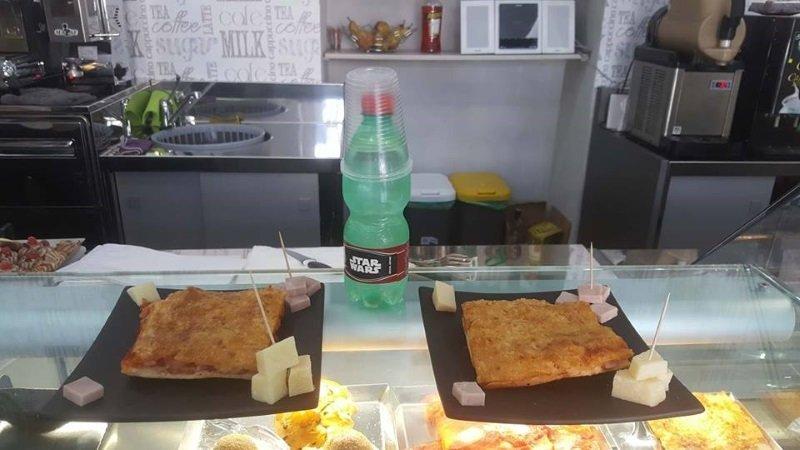 due piatti con tranci di pizza e fette di formaggio accanto