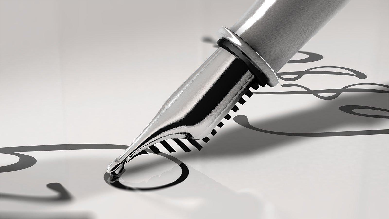 una penna stilografica che scrive su un foglio