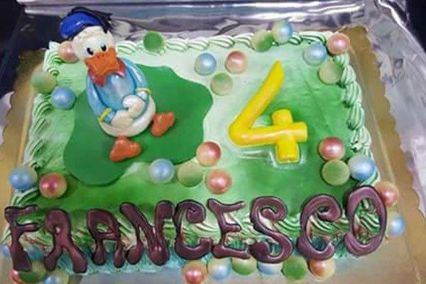 una torta di compleanno con Paperino e la scritta Francesco 4