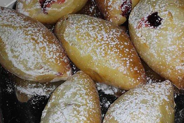 dei dolci tipo krapfen con dello zucchero a velo