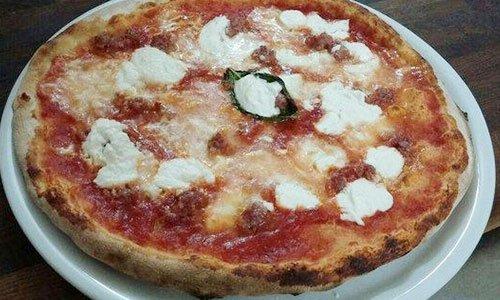 Un piatto con pizza margherita