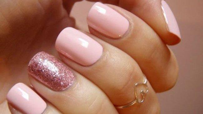 unghie con smalto rosa con brillantini