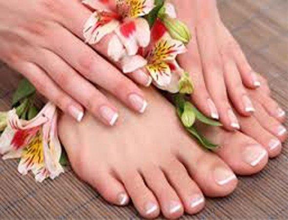 due mani e due piedi con unghie ben curate