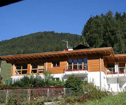 una casa in legno con un giardino
