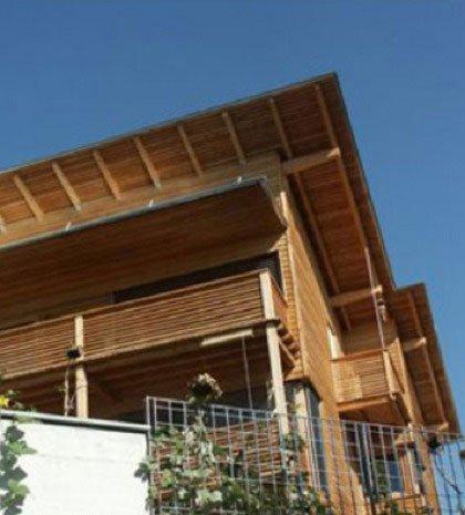 un tetto in legno di una casa
