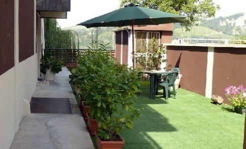 Giardino con ombrellone di Villa Sirente