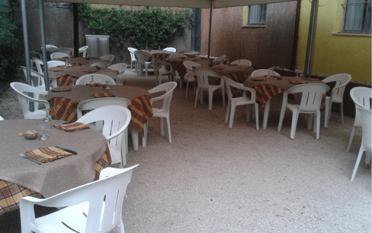 ristorante, giardino esterno, tavoli all