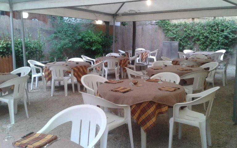 ristorante con giardino, ristorante con tavoli all