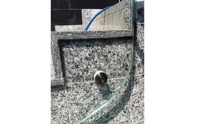 installazione di una vetrata