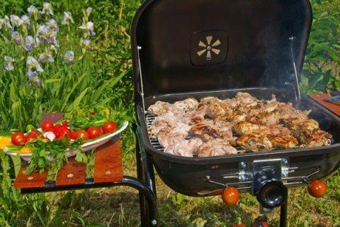 barbecue con vassoio laterale