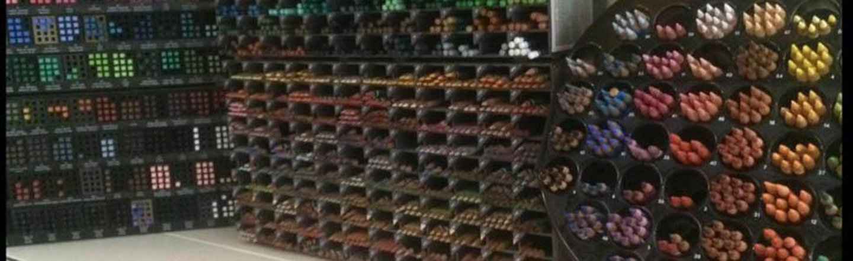 assortimento scaffali con penne e pennarelli colorati