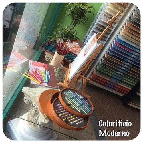 negozio con strumenti per la pittura