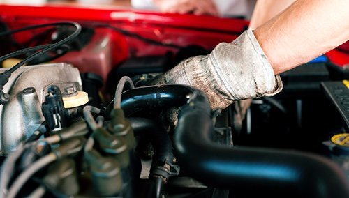 Meccanico st riparando la macchina all'officina a Catania